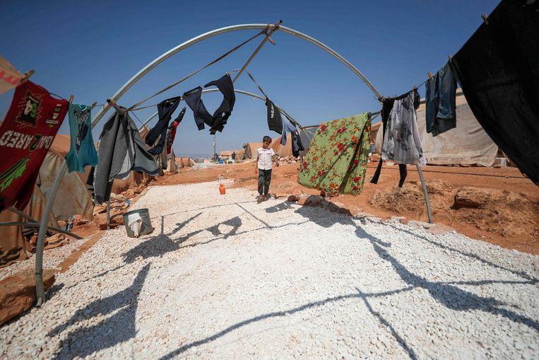Een Syrische jongen in een vluchtelingenkamp bij de stad Maaret Misrin in de noordwestelijke Syrische provincie Idlip. De VN-Veiligheidsraad heeft zaterdag ingestemd met het hervatten van de humanitaire hulp aan Syrië. Er is een compromis bereikt door de noodhulp via slechts één grensovergang te laten verlopen. Beeld AFP