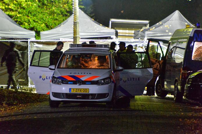 Beeld van de inval bij Satudarah vorig jaar in Apeldoorn: een lid van de motorclub wordt door de politie afgevoerd naar het bureau.