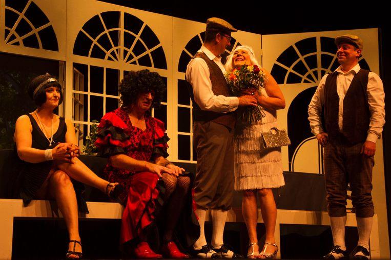 De acteurs van VSOP Plansjee tijdens het stuk 'de Tante van Charlie'.