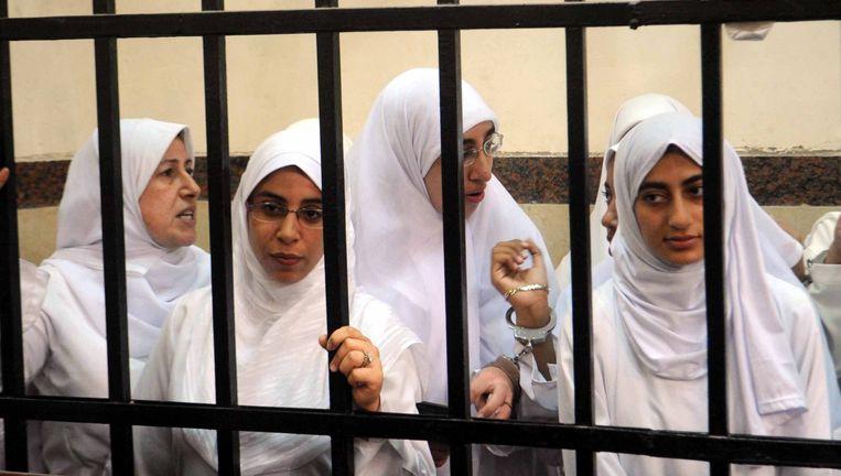 De vrouwelijke demonstranten - onder wie 7 minderjarigen - tijdens hun proces in Alexandrië. Beeld EPA