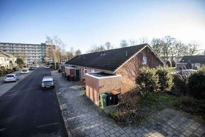 De 26 seniorenwoningen aan de Jacob Catsstraat en Bernard van Meursstraat worden nog wel gesloopt, maar voor de bouw van een nieuwe gymzaal op die locatie is nu even geen geld beschikbaar.