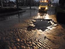 Straten in Oirschot onder water na gesprongen waterleiding