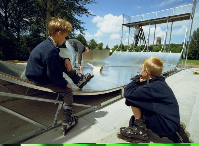 Opbouw van de skatebaan in Sleeuwijk in het jaar 2000.