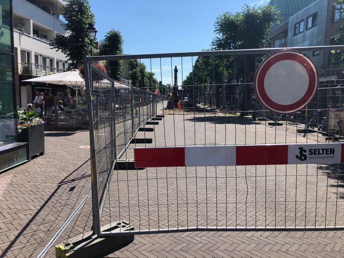 Hekken op de kop van de Marktstraat zorgen met name links voor een krappe doorgang voor wandelaars en fietsers.