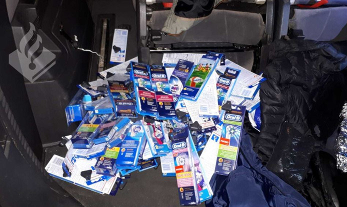 De politie vond tassen vol opzetborstels van het merk Oral B in de auto.
