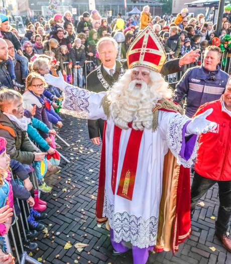 Sinterklaas viert feest in Grote Kerk bij intocht Zwolle, mét roetveegpiet