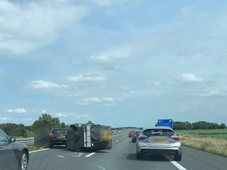 Aanhanger op z'n kant op A59 bij Terheijden, weggebruikers moeten via vluchtstrook rijden