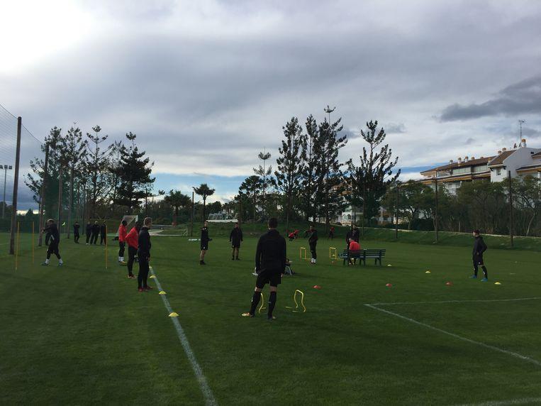 De Standard-spelers, met in een hoekje van het veld de tegenstanders van morgen: Kaiserslautern.