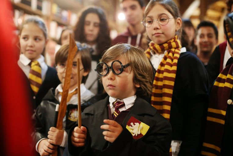 Kinderen in Harry Potter-kostuum tijdens een Harry Potter-avond in de Portugese stad Porto. Beeld epa