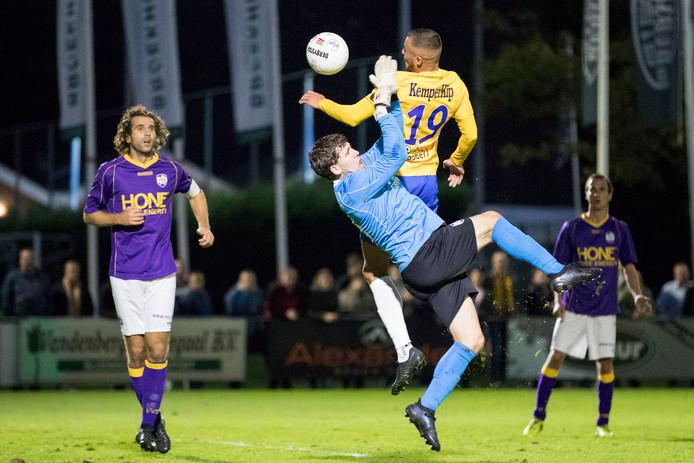 VVSB-doelman Menno de Jong en Jordy Thomassen van De Graafschap in duel.
