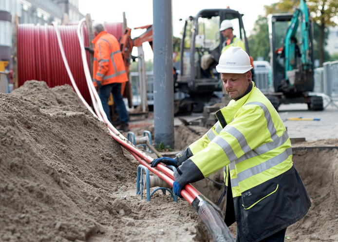 Netbeheerders moeten het elektriciteitsnet twee keer zo sterk maken en dan nog is het niet genoeg om altijd en overal voldoende energie te leveren. In heel Nederland moeten dikkere kabels de grond in.