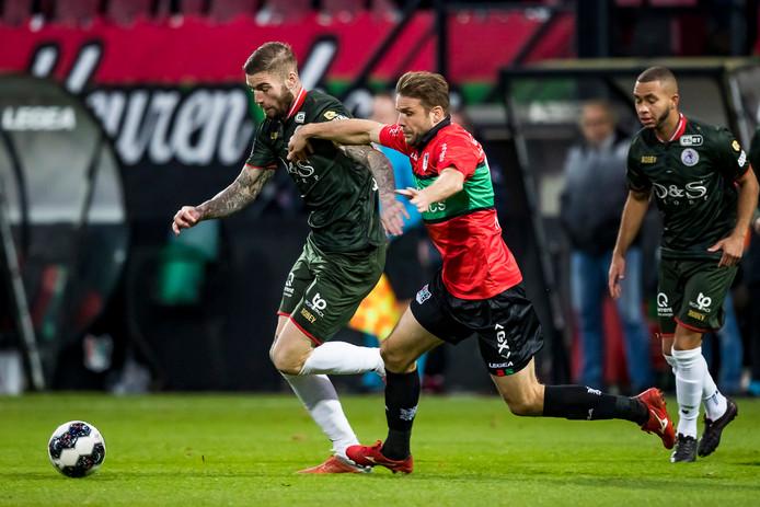 NEC'er Joey van den Berg worstelt zich onder toeziend oog van Spartaan Gregor Breinburg (rechts) langs Lars Veldwijk.