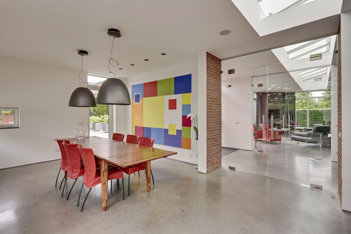 Van klassiek tot modern, er is van alles te zien zaterdag. Met een betonnen vloer zal niet iedereen dit uitgesproken huis in Bavel kunnen waarderen. De minimalistische inrichting doet niets af aan de vraagprijs van 1.395.000 euro.