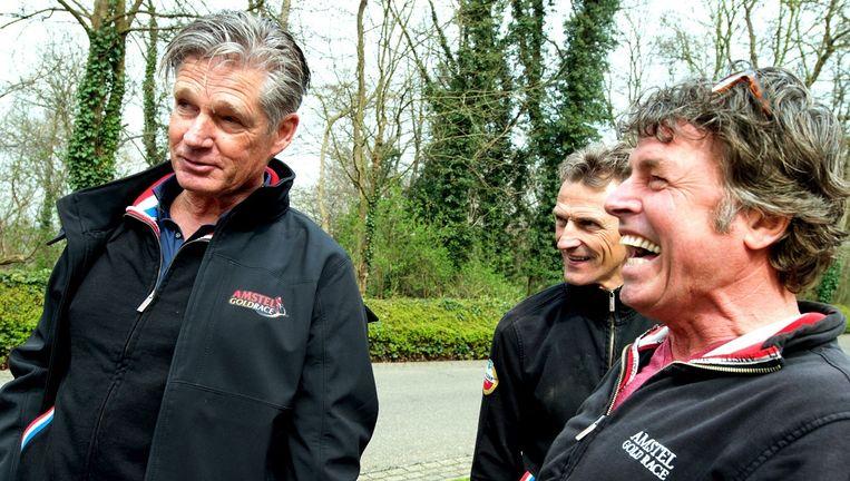 Koersdirecteur Leo van Vliet in gesprek met twee assistenten op de top van de Cauberg. Beeld Klaas Jan van der Weij / de Volkskrant