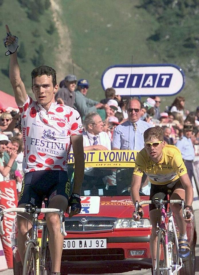 Richard Virenque legt als drager van de bergtrui Jan Ullrich erop in de Tour van 1997.