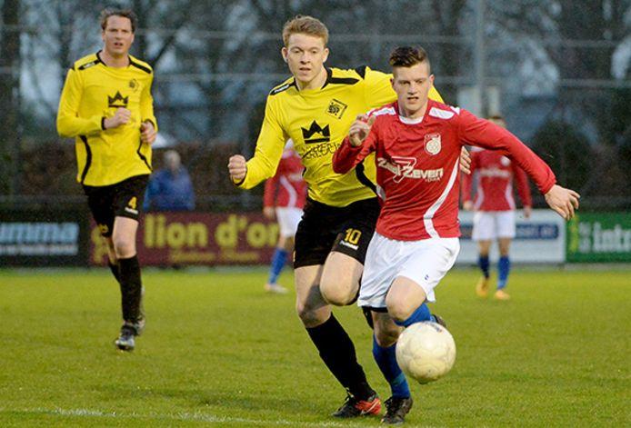 Koen Verlinden (10) in actie namens SSS'18 tegen Venray. Zondag speelt hij met Venray tegen zijn oude club.