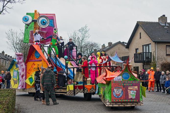 Carnavalsoptocht in Bosuilendorp (Ulvenhout) van 2019. Op de wagen van CV De Boereknuppels  stond alles door elkaar.