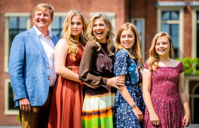 Koning Willem-Alexander, koningin Maxima en prinsessen Catharina-Amalia, Alexia en Ariane tijdens de jaarlijkse koninklijke fotosessie in de tuin van Paleis Huis ten Bosch.