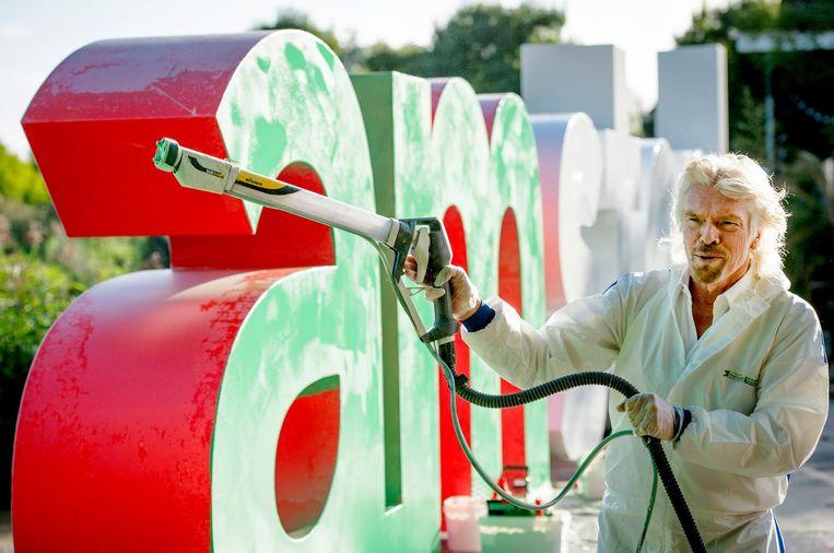 Richard Branson spoot de letters in 2013 groen vanwege een internationale wedstrijd voor startende groene ondernemers. Beeld anp