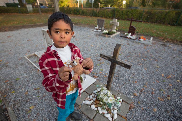 Een knuffel voor een overleden meisje: Ian zorgt dat elk kindje een speeltje op maat krijgt.