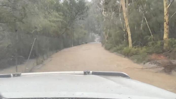 Een overstroomde weg in Somersby, New South Wales.