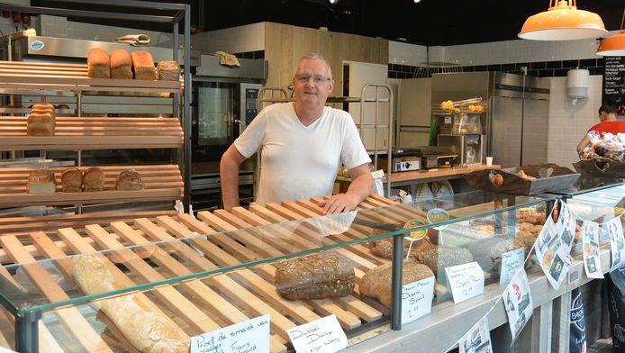 Bakker Alex Stellaard in zijn nieuwe bakkerij 'Brood by Alex' in winkelcentrum Kanaleneiland.