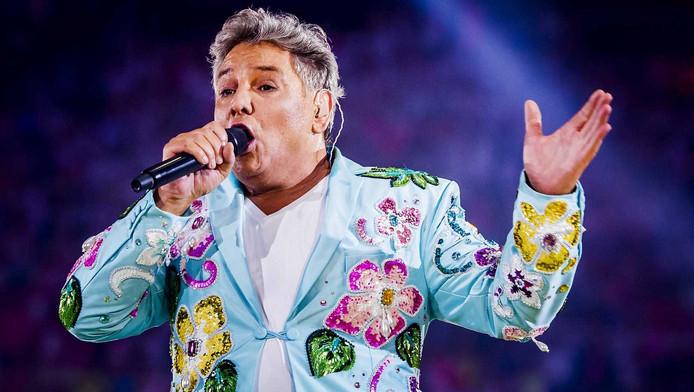 Zanger René Froger is afgelopen weekend tijdens het concert van de Toppers in de Amsterdam ArenA getroffen door een zweepslag in zijn been