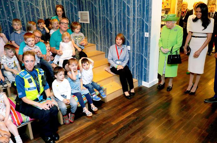Queen Elizabeth II en Meghan krijgen een rondleiding.