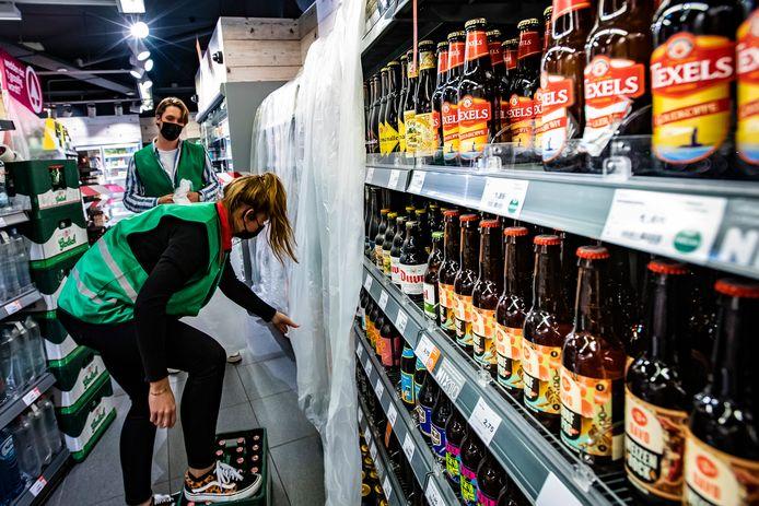 De biertjes verdwijnen om 20.00 uur achter een zeil in de Spar City in het centrum van Deventer.