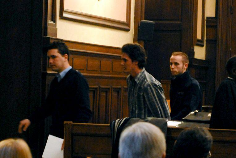 De serieverkrachter wordt weggevoerd tijdens zijn proces in 2009.