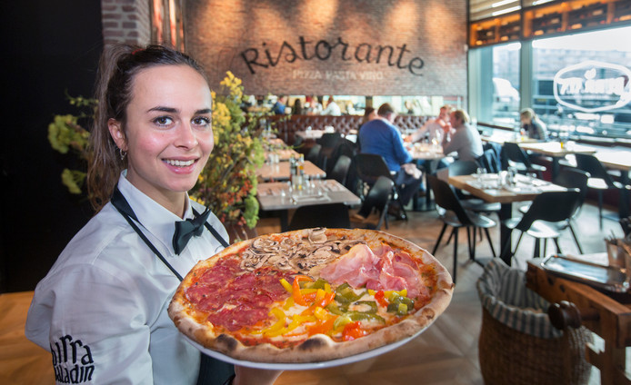 Natasha serveert een pizza Quattro Stagioni.