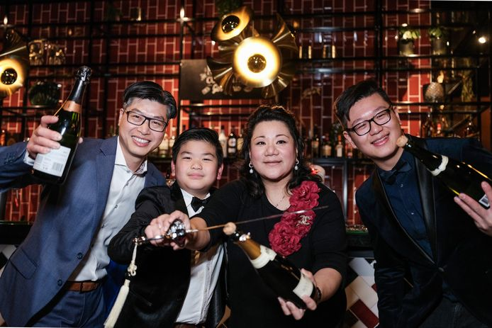 Wanya Lin-Chou en zoon Roderik (midden) in feestelijke stemming.