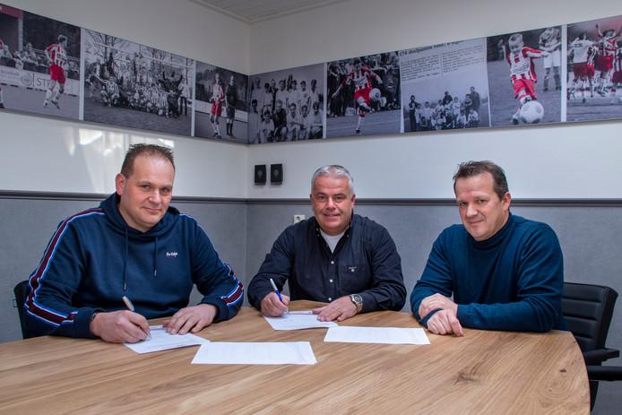 Coen Vos (midden) verlengt zijn contract