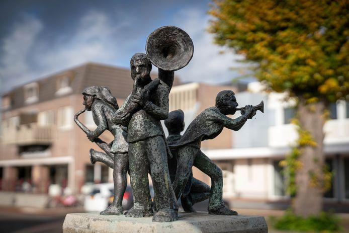 """Het kunstwerk 'Dweilorkest' in Bemmel. ,,Zo'n beeld had ik niet eerder gemaakt."""""""