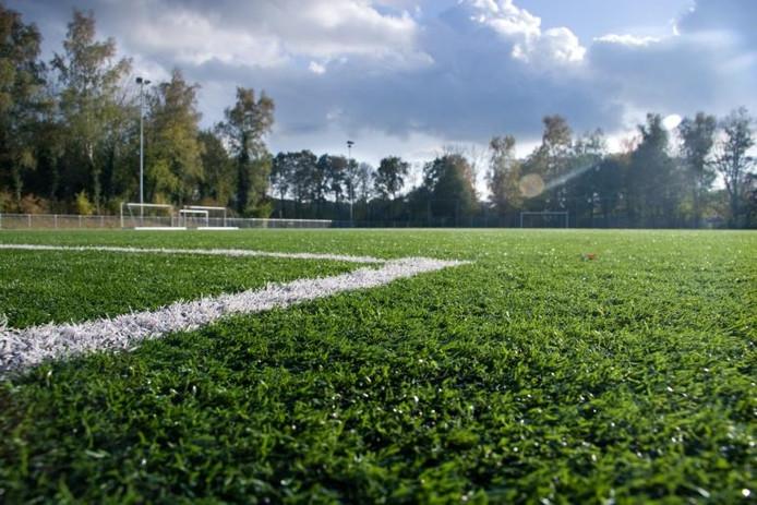De VV Heino beschikt als eerste voetbal club in de gemeente Raalte over een volwaardig kunstgrasveld. De gemeente heeft volgend jaar 1,4 miljoen euro gereserveerd voor nog vier kunstgrasvelden. foto Niels Leusink