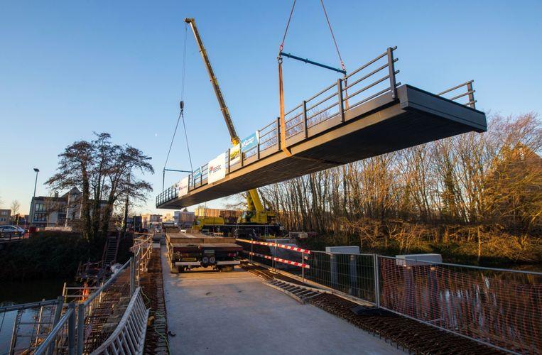 Voor de plaatsing van de composietbrug, die 22 ton weegt en 42 meter lang is, werden twee kranen gebruikt.
