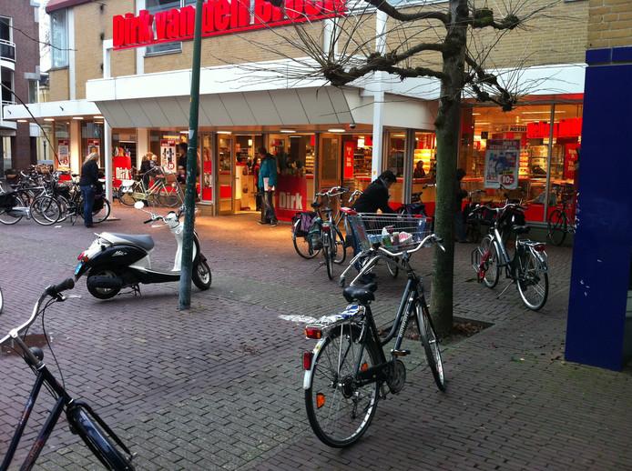 Foto archief. Dirk van den Broek aan het Broederenplein in Deventer gaat ingrijpend verbouwen, en sluit daarom van woensdag 28 augustus 13.00 tot dinsdag 17 september.