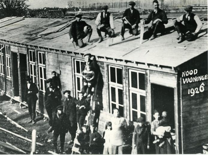 Mensen op het dak van een noodwoning na de watersnoodramp in Maas en Waal in 1926.