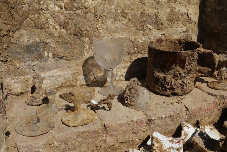De vondsten zijn divers: kookgerei en zelfs een intact glas.
