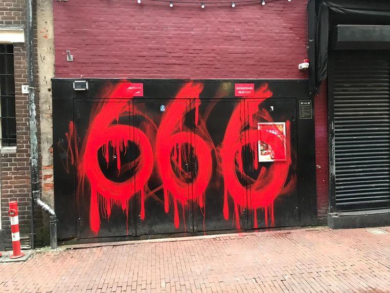 Op de gevel van Disco Dolly is met rode verf het getal 666 geschreven. Beeld Steven Vermaas.