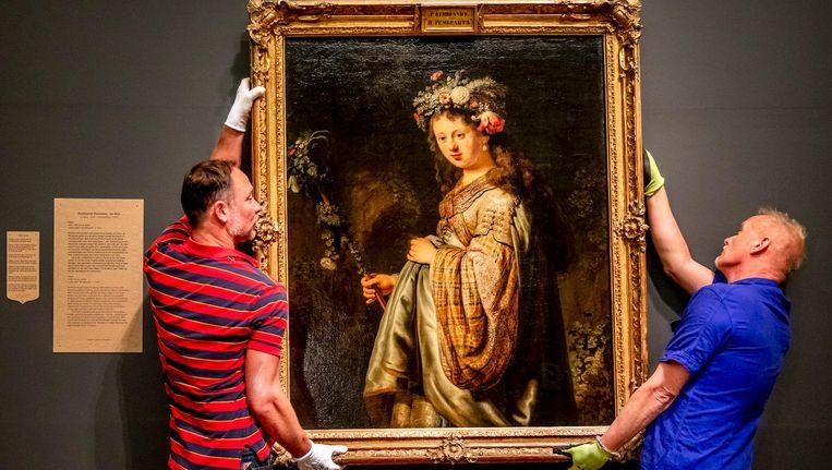 Mederwerkers van museum Hermitage Amsterdam pakken het kunstwerk Flora van Rembrandt in Beeld anp