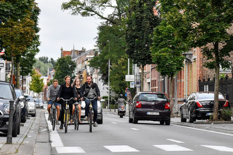 """""""In het handelscentrum van Sint-Gillis nemen parkeerplaatsen  nu al bijna alle openbare ruimte in. Laten we net voor fietsende klanten meer moeite doen"""", klinkt het bij de Fietsersbond."""