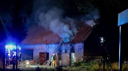 Brandweer nog uren in de weer na uitslaande schuurbrand