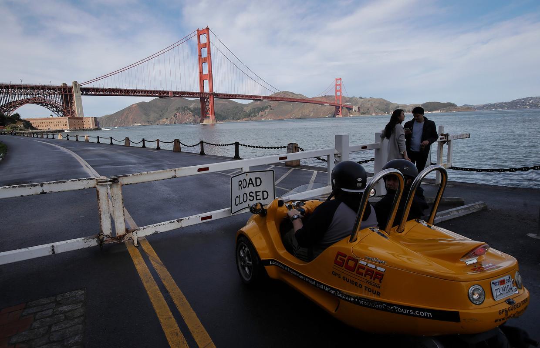 In San Francisco staan weggebruikers vlakbij de Golden Gate Bridge door de shutdown voor een afsluiting.  Beeld AP
