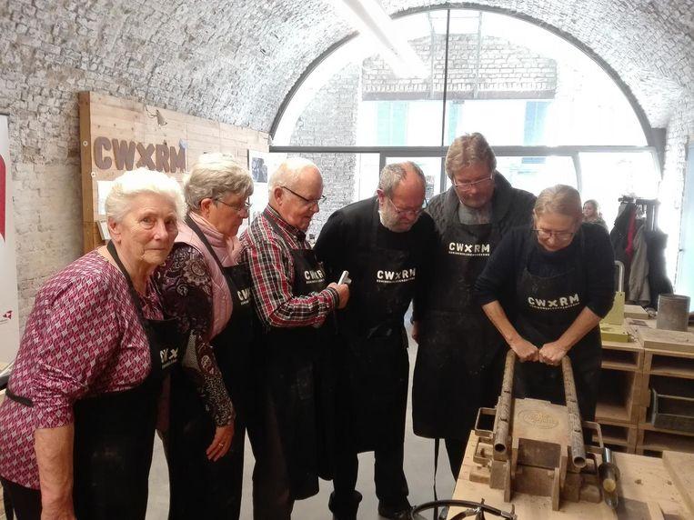 De delegatie uit Seelbach aan de slag in het atelier.