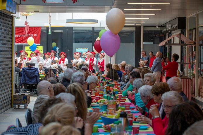 Mensen uit Helmond-Noord schoven samen aan lange tafels voor een brunch.