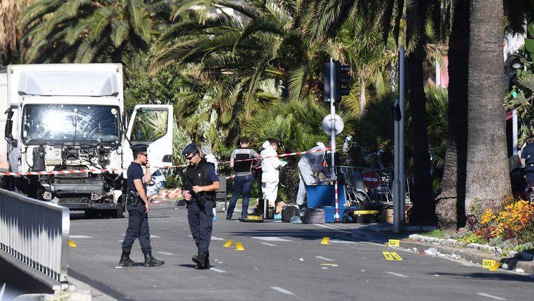 Forensisch experts doen onderzoek bij de vrachtwagen die werd gebruikt voor de aanslag in Nice. Beeld afp