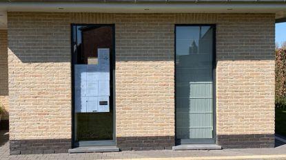 Leerkracht legt leerlingen in de luren met vraag om taken voor het raam te hangen