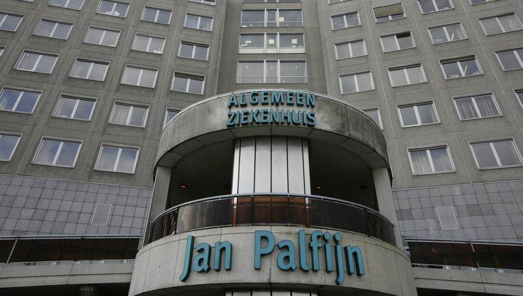 De vrouw ging in 2009 onder het mes in het ziekenhuis Jan Palfijn in Gent. Volgens het slachtoffer werd haar dunne darm geperforeerd tijdens de ingreep. De verdediging van de gynaecoloog ontkent dat er een medische fout gebeurd is.
