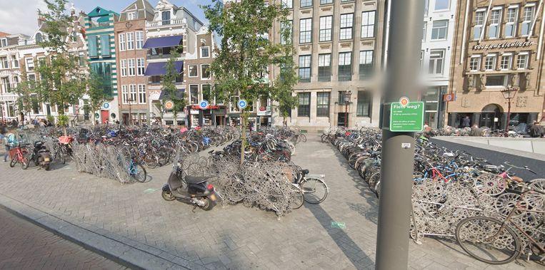Beeld uit juni 2019 van bovengrondse fietsstallingen op het Rokin. Beeld Google Streetview